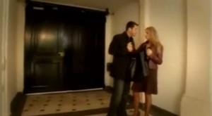 Dans le hall d'un immeuble avec un inconnu