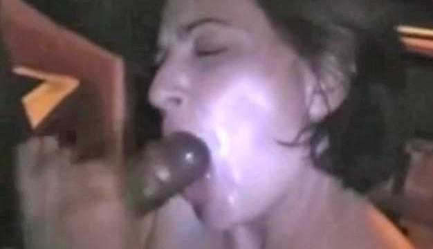 Mari candauliste filme sa femme surexcitée entre deux blacks (double pénetration et fellation torride)